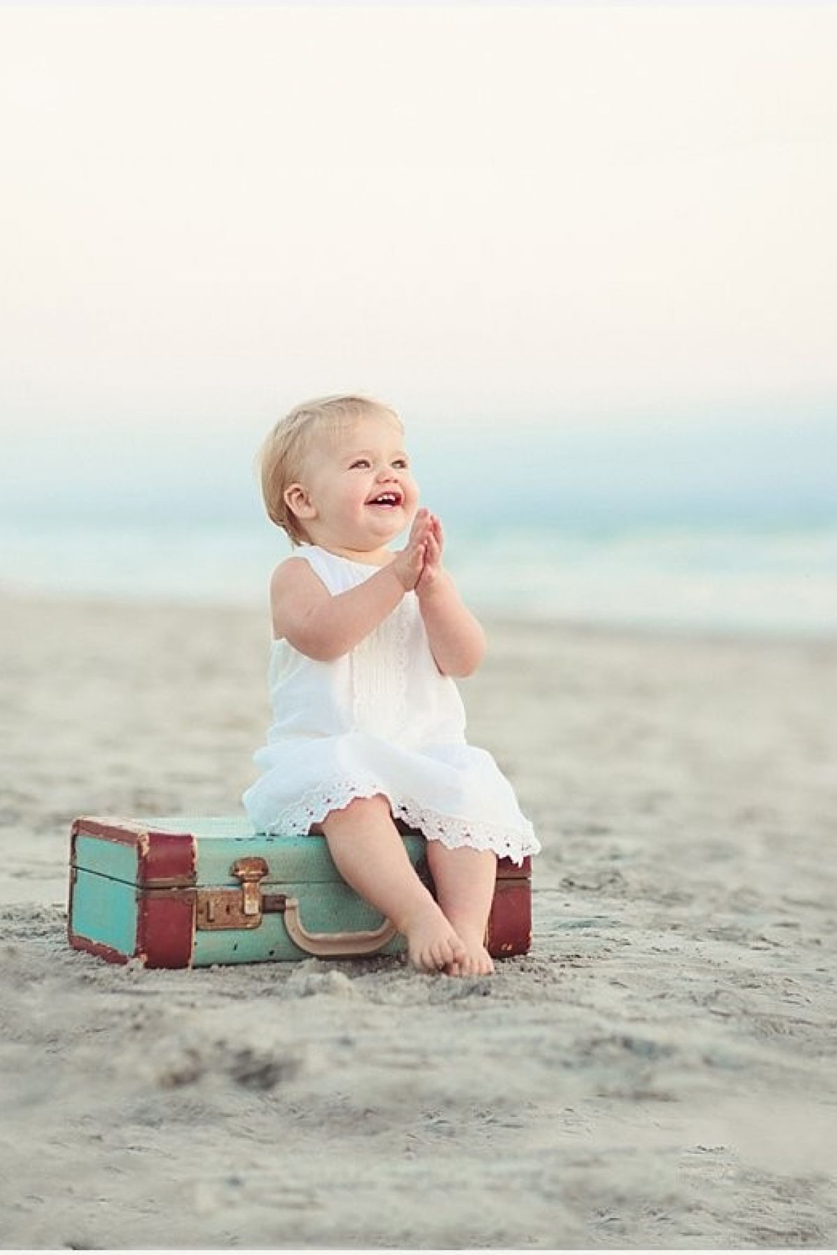Dopustite detetu da hoda boso na plaži