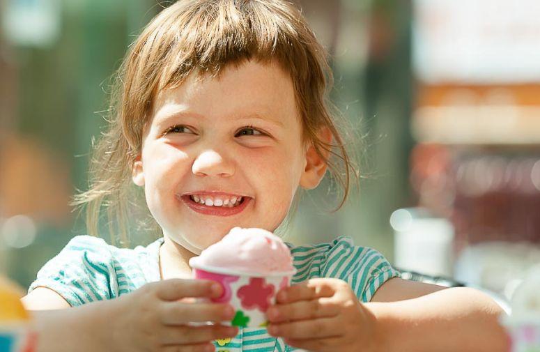 Svi već znamo da deca obolžavaju sledoled. Letnji dani su konačno pred nama, sve više vremena ćete provoditi u šetnjii napolju pa se baš tada javlja roditeljska dilema: Da li i bebi dati ili ne da lizne malo sladoleda?