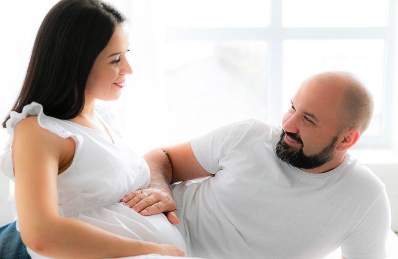 Nekoliko očeva je podelilo svoje priče o tome kroz šta su u trudnoći zajedno sa svojim partnerkama prošli i šta bi voleli da su znali pre nego što se njihova beba rodila.