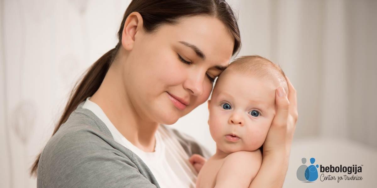 Zašto bebe prestaju da plaču kad ih nosimo u naručju i hodamo? (VIDEO)